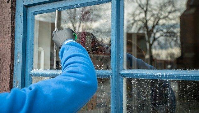 kobieta myje okna