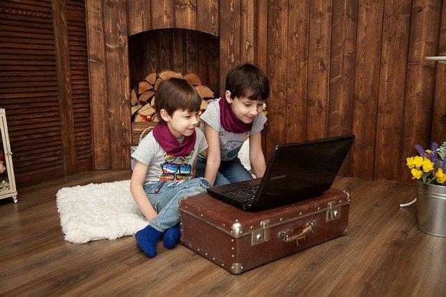 dzieci grają
